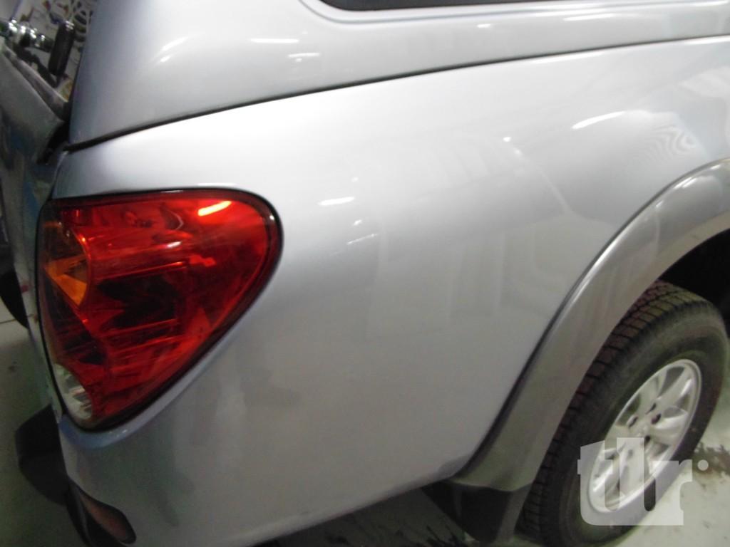 отремонтированное заднее левое крыло автомобиля